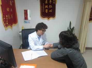 龚宪菊在给患者检查病情